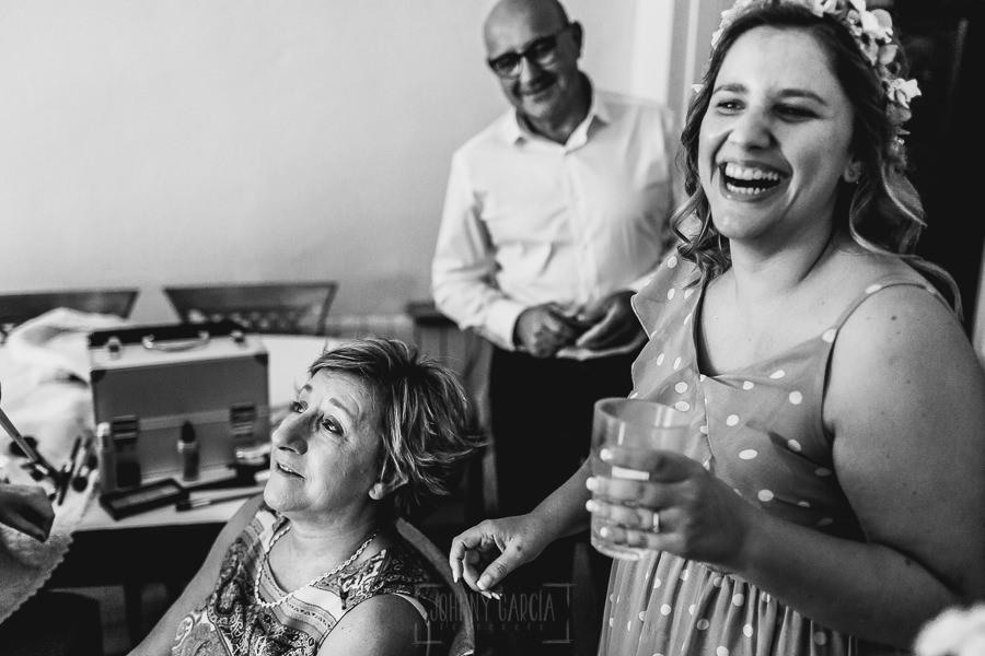 Boda en Puerto de Béjar de Ani y Hécter realizada por el fotógrafo de bodas en el Rincón de Castilla Johnny García, Salamanca; la madre de Ani emocionada mientras la maquillan.