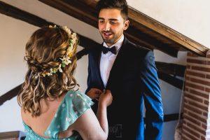 Boda en Puerto de Béjar de Ani y Hécter realizada por el fotógrafo de bodas en el Rincón de Castilla Johnny García, Salamanca; Ani ayuda a su hermano a prepararse.