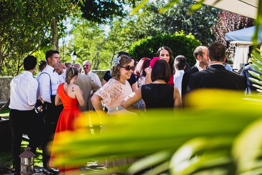Boda en Puerto de Béjar de Ani y Hécter realizada por el fotógrafo de bodas en el Rincón de Castilla Johnny García, Salamanca; Los invitados esperan a los novios.