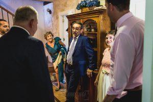 Boda en Puerto de Béjar de Ani y Hécter realizada por el fotógrafo de bodas en el Rincón de Castilla Johnny García, Salamanca; la familia de Ani espera en la casa de Béjar.