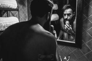 Boda en Puerto de Béjar de Ani y Hécter realizada por el fotógrafo de bodas en el Rincón de Castilla Johnny García, Salamanca; Hécter cuida su barba.