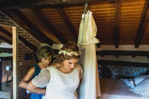 Boda en Puerto de Béjar de Ani y Hécter realizada por el fotógrafo de bodas en el Rincón de Castilla Johnny García, Salamanca; Ani comienza a vestirse.