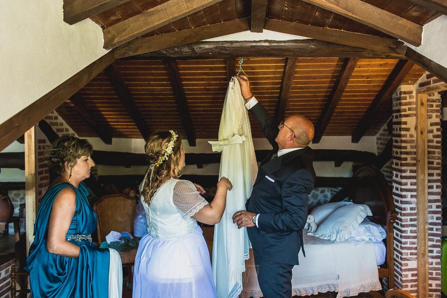 Boda en Puerto de Béjar de Ani y Hécter realizada por el fotógrafo de bodas en el Rincón de Castilla Johnny García, Salamanca; Ani junto a sus padres.