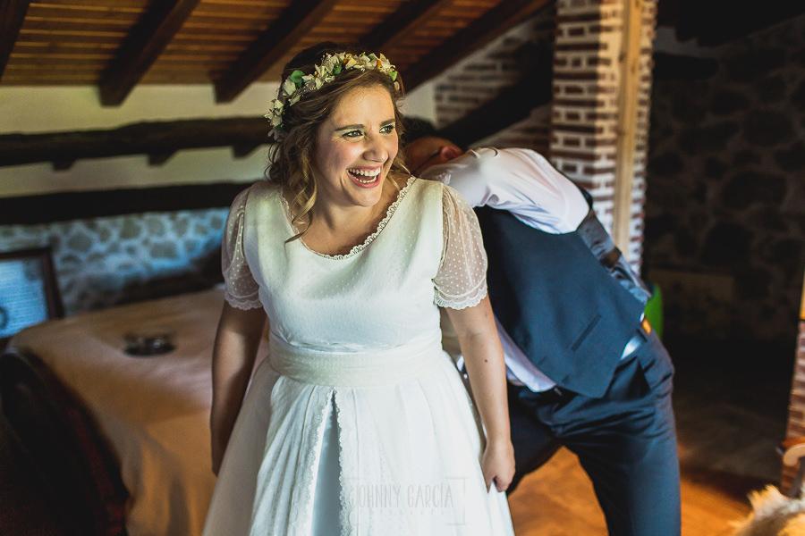 Boda en Puerto de Béjar de Ani y Hécter realizada por el fotógrafo de bodas en el Rincón de Castilla Johnny García, Salamanca; Ani sonríe.
