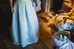 Boda en Puerto de Béjar de Ani y Hécter realizada por el fotógrafo de bodas en el Rincón de Castilla Johnny García, Salamanca; Bartola va por la casa.