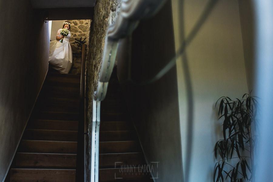 Boda en Puerto de Béjar de Ani y Hécter realizada por el fotógrafo de bodas en el Rincón de Castilla Johnny García, Salamanca; Ani baja de su casa.