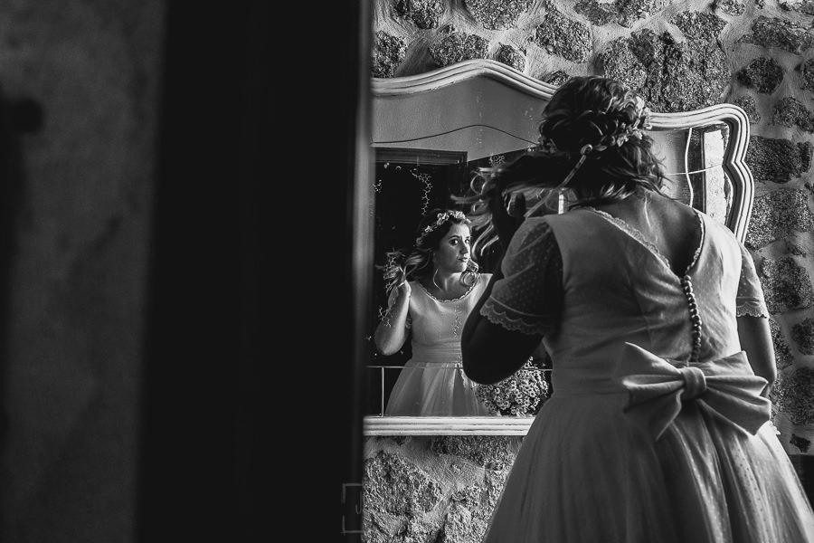 Boda en Puerto de Béjar de Ani y Hécter realizada por el fotógrafo de bodas en el Rincón de Castilla Johnny García, Salamanca; Ani se retoca en el espejo.