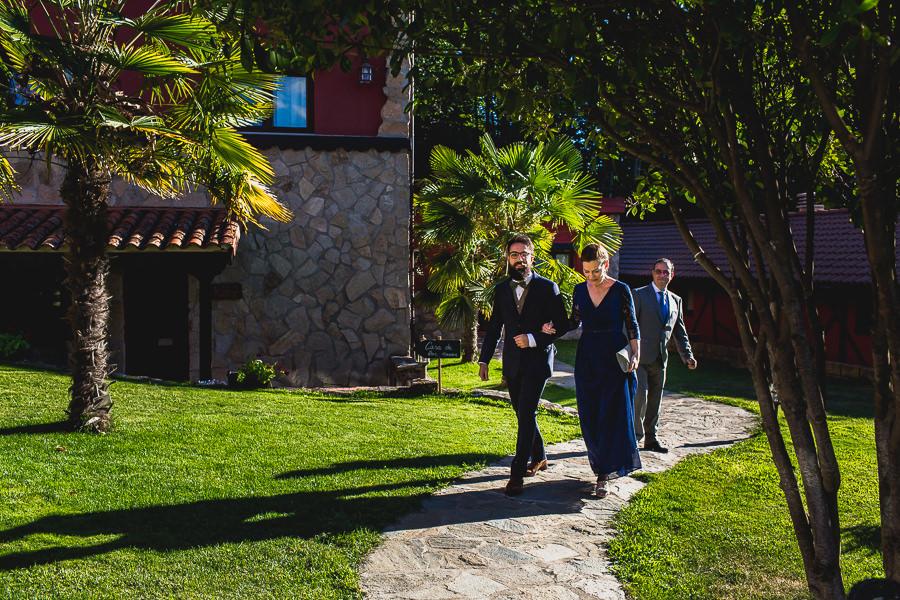 Boda en Puerto de Béjar de Ani y Hécter realizada por el fotógrafo de bodas en el Rincón de Castilla Johnny García, Salamanca; Hécter de camino a la ceremonia del brazo de su madre.