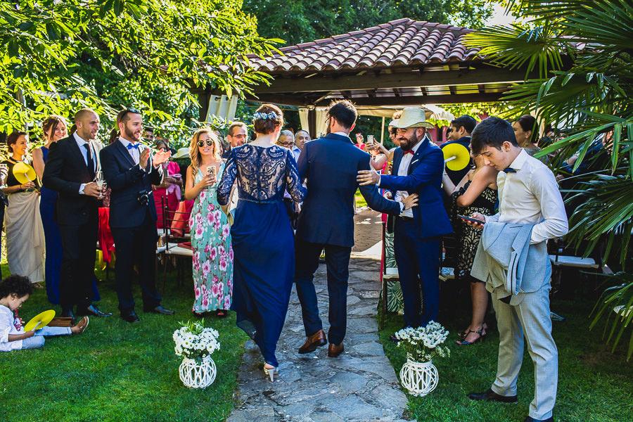 Boda en Puerto de Béjar de Ani y Hécter realizada por el fotógrafo de bodas en el Rincón de Castilla Johnny García, Salamanca; Hécter saludo a los invitados.