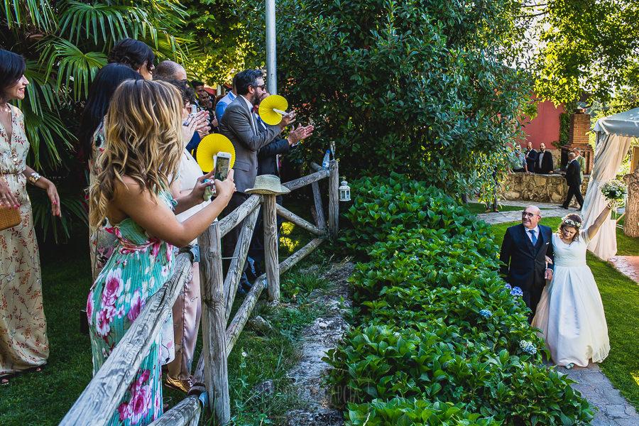 Boda en Puerto de Béjar de Ani y Hécter realizada por el fotógrafo de bodas en el Rincón de Castilla Johnny García, Salamanca; Ani llega a la ceremonia del brazo de su padre.