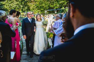 Boda en Puerto de Béjar de Ani y Hécter realizada por el fotógrafo de bodas en el Rincón de Castilla Johnny García, Salamanca; Ani ya ve a Hécter.