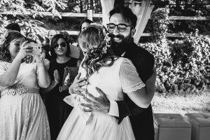Boda en Puerto de Béjar de Ani y Hécter realizada por el fotógrafo de bodas en el Rincón de Castilla Johnny García, Salamanca; los novios de abrazan al verse.