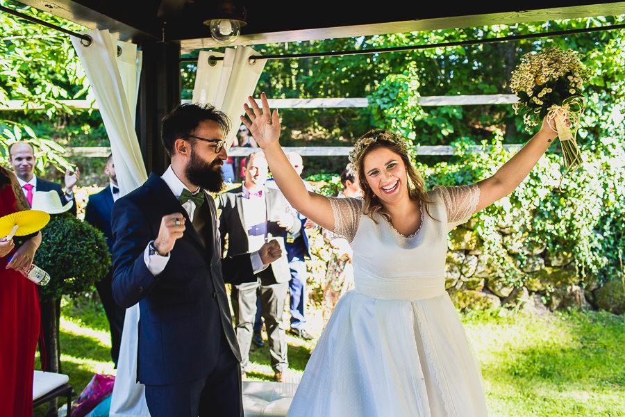 Boda en Puerto de Béjar de Ani y Hécter realizada por el fotógrafo de bodas en el Rincón de Castilla Johnny García, Salamanca; los novios bailan.