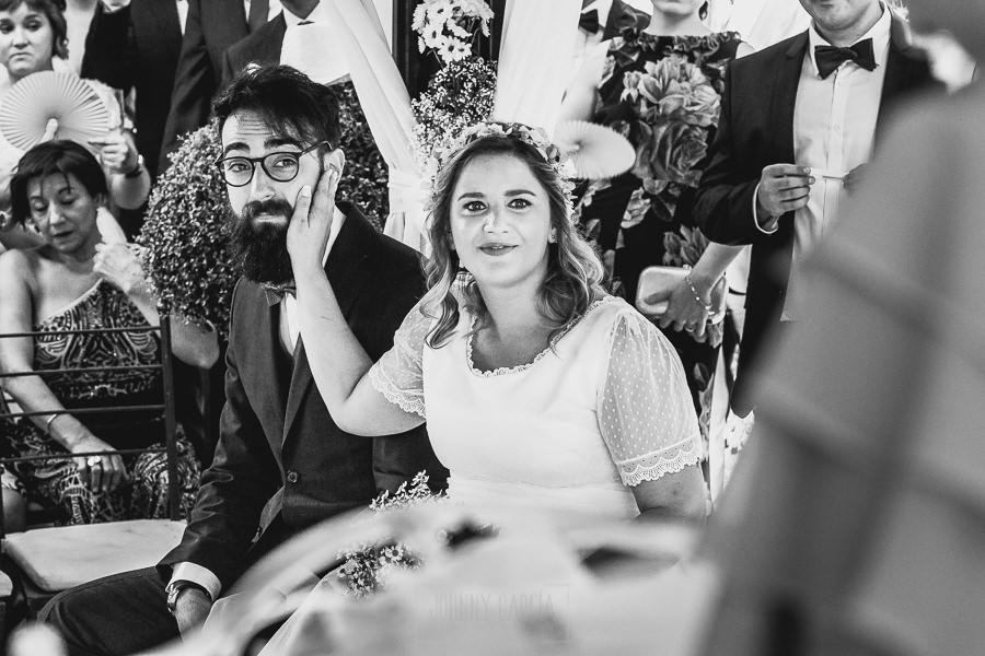 Boda en Puerto de Béjar de Ani y Hécter realizada por el fotógrafo de bodas en el Rincón de Castilla Johnny García, Salamanca; la pareja emocionada.