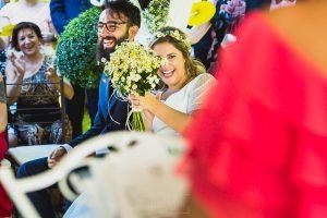 Boda en Puerto de Béjar de Ani y Hécter realizada por el fotógrafo de bodas en el Rincón de Castilla Johnny García, Salamanca; la pareja e rie escuchando una lectura.