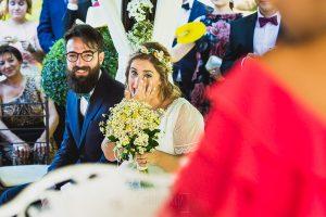 Boda en Puerto de Béjar de Ani y Hécter realizada por el fotógrafo de bodas en el Rincón de Castilla Johnny García, Salamanca; la pareja escucha a los invitados.