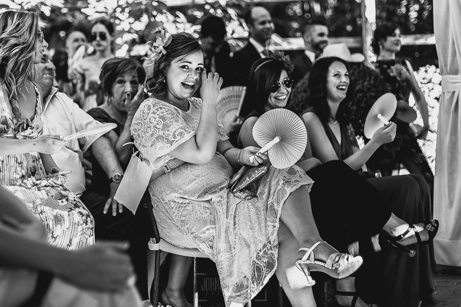 Boda en Puerto de Béjar de Ani y Hécter realizada por el fotógrafo de bodas en el Rincón de Castilla Johnny García, Salamanca; invitados emocionados.