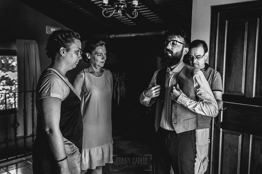 Boda en Puerto de Béjar de Ani y Hécter realizada por el fotógrafo de bodas en el Rincón de Castilla Johnny García, Salamanca; el novio se viste junto a sus padres