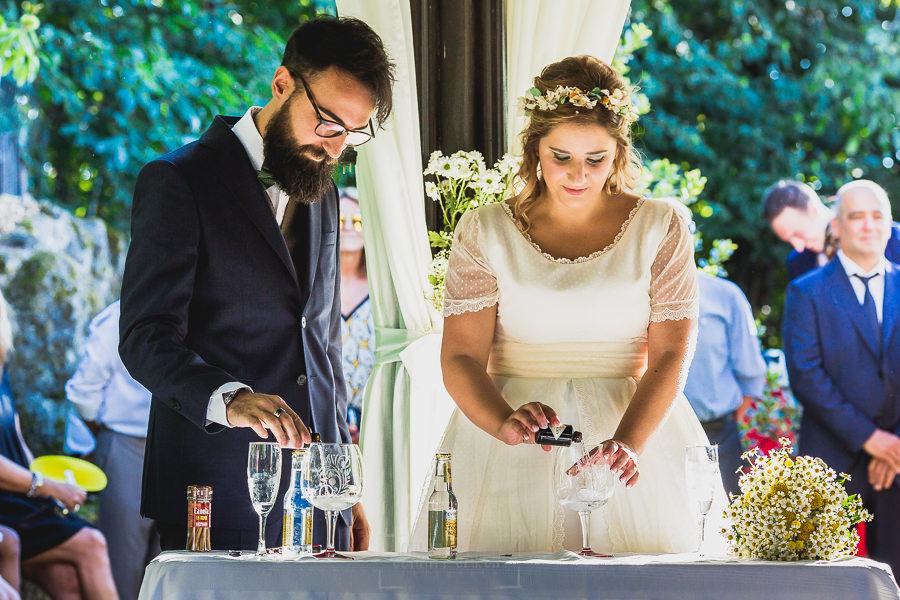 Boda en Puerto de Béjar de Ani y Hécter realizada por el fotógrafo de bodas en el Rincón de Castilla Johnny García, Salamanca; los novios preparan la ceremonia del Gin Tonic.