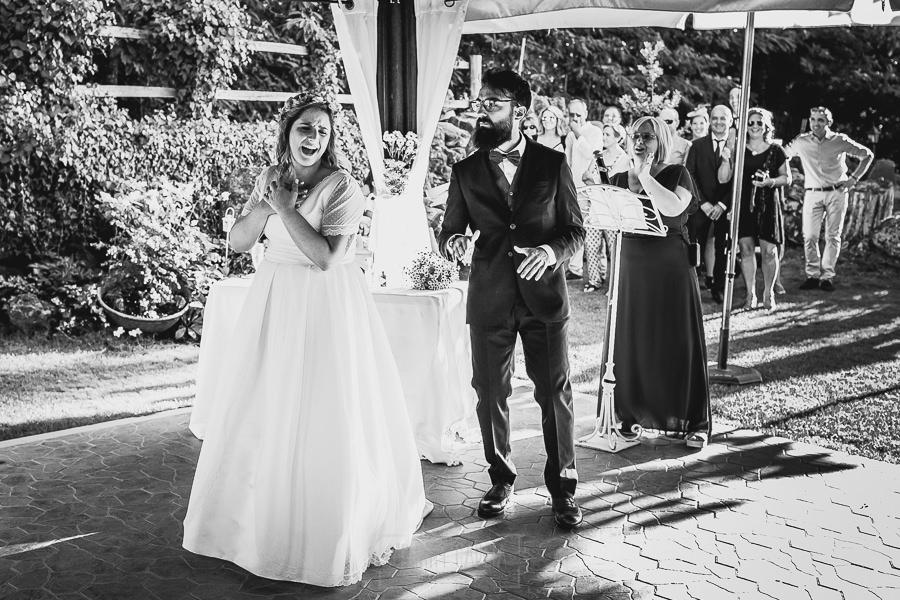 Boda en Puerto de Béjar de Ani y Hécter realizada por el fotógrafo de bodas en el Rincón de Castilla Johnny García, Salamanca; baile en la ceremonia.