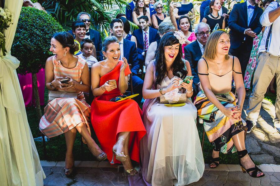 Boda en Puerto de Béjar de Ani y Hécter realizada por el fotógrafo de bodas en el Rincón de Castilla Johnny García, Salamanca; invitadas sonriendo.
