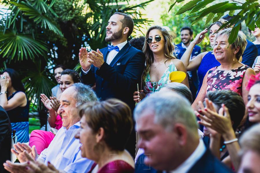 Boda en Puerto de Béjar de Ani y Hécter realizada por el fotógrafo de bodas en el Rincón de Castilla Johnny García, Salamanca; invitados aplaudiendo.