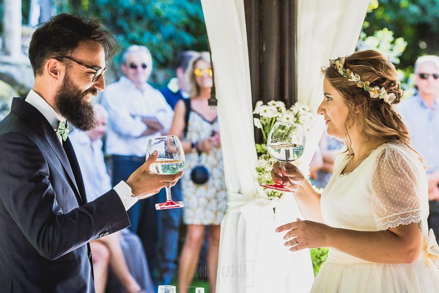 Boda en Puerto de Béjar de Ani y Hécter realizada por el fotógrafo de bodas en el Rincón de Castilla Johnny García, Salamanca; los novios brindan.