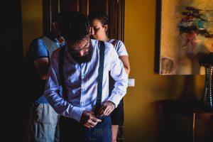 Boda en Puerto de Béjar de Ani y Hécter realizada por el fotógrafo de bodas en el Rincón de Castilla Johnny García, Salamanca; Hécter se prepara