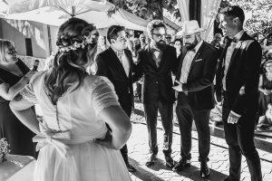 Boda en Puerto de Béjar de Ani y Hécter realizada por el fotógrafo de bodas en el Rincón de Castilla Johnny García, Salamanca; el novio escucha a sus amigos.