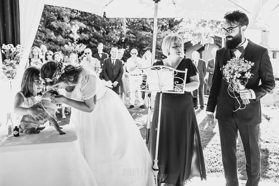 Boda en Puerto de Béjar de Ani y Hécter realizada por el fotógrafo de bodas en el Rincón de Castilla Johnny García, Salamanca; Bartola trae los anillos.
