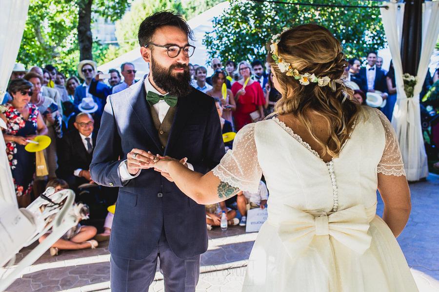 Boda en Puerto de Béjar de Ani y Hécter realizada por el fotógrafo de bodas en el Rincón de Castilla Johnny García, Salamanca; el novio pone el anillo a la novia.