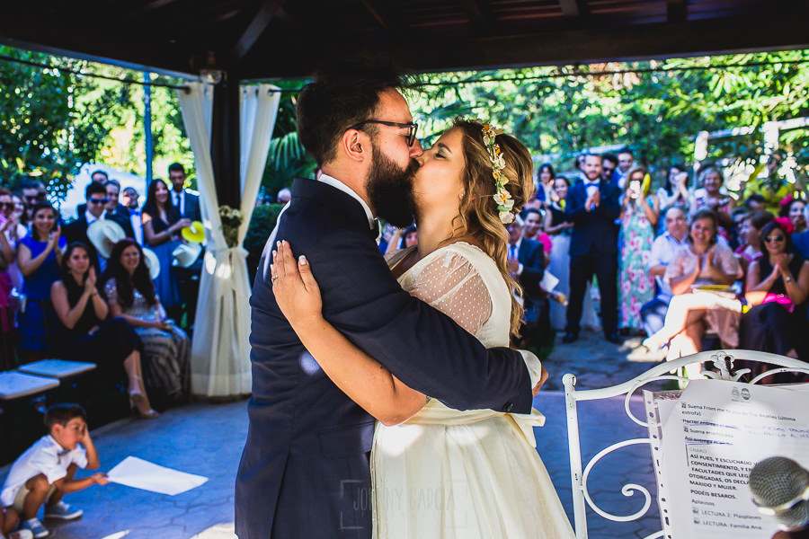 Boda en Puerto de Béjar de Ani y Hécter realizada por el fotógrafo de bodas en el Rincón de Castilla Johnny García, Salamanca; los novios se besan.