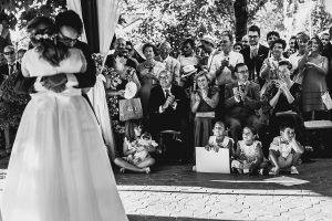 Boda en Puerto de Béjar de Ani y Hécter realizada por el fotógrafo de bodas en el Rincón de Castilla Johnny García, Salamanca; familiares aplaudiendo.