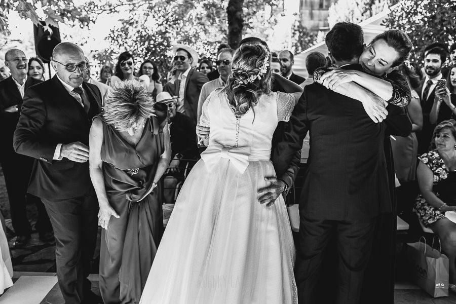 Boda en Puerto de Béjar de Ani y Hécter realizada por el fotógrafo de bodas en el Rincón de Castilla Johnny García, Salamanca; los novios se abrazan a sus padres.