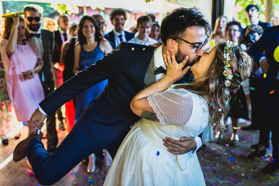 Boda en Puerto de Béjar de Ani y Hécter realizada por el fotógrafo de bodas en el Rincón de Castilla Johnny García, Salamanca; los novios se besan después del arroz.