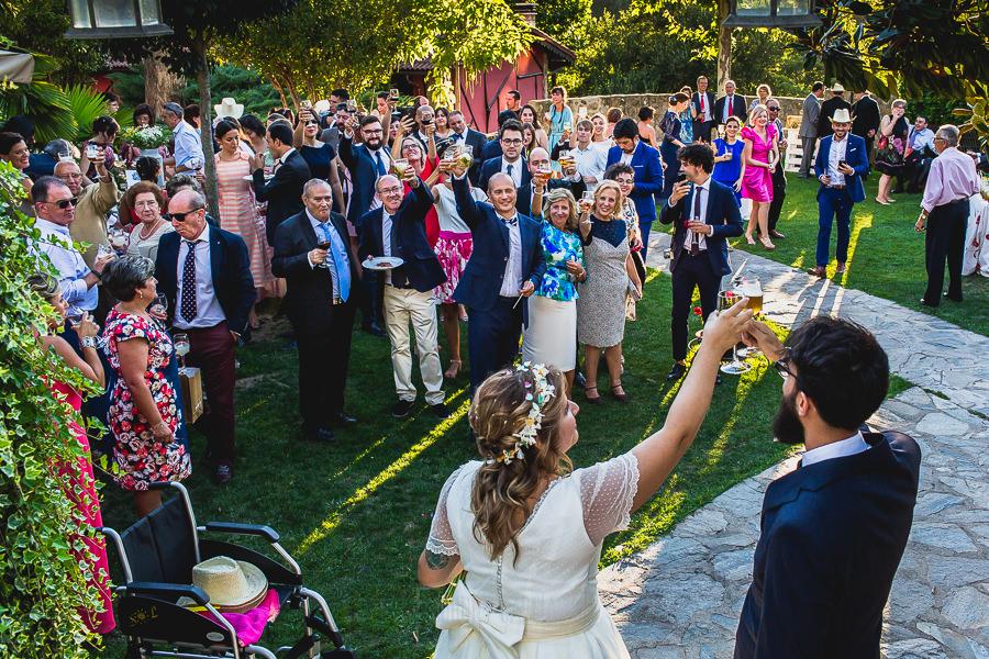 Boda en Puerto de Béjar de Ani y Hécter realizada por el fotógrafo de bodas en el Rincón de Castilla Johnny García, Salamanca; los novios brindan con los invitados.