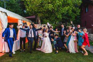 Boda en Puerto de Béjar de Ani y Hécter realizada por el fotógrafo de bodas en el Rincón de Castilla Johnny García, Salamanca; foto de grupo de amigos.