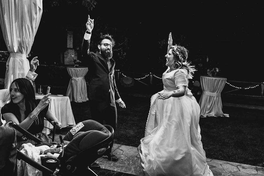 Boda en Puerto de Béjar de Ani y Hécter realizada por el fotógrafo de bodas en el Rincón de Castilla Johnny García, Salamanca; entrada de los novios al banquete.