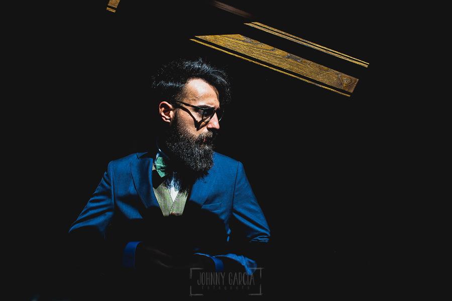 Boda en Puerto de Béjar de Ani y Hécter realizada por el fotógrafo de bodas en el Rincón de Castilla Johnny García, Salamanca; retrato del novio