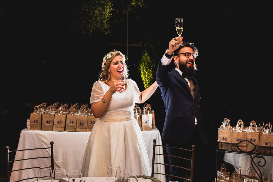 Boda en Puerto de Béjar de Ani y Hécter realizada por el fotógrafo de bodas en el Rincón de Castilla Johnny García, Salamanca; los novios brindando.