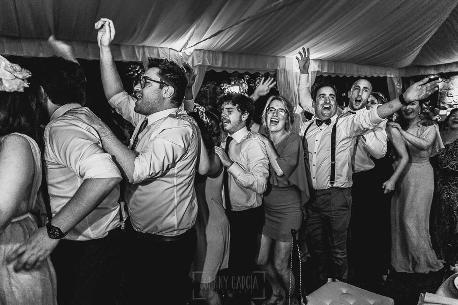 Boda en Puerto de Béjar de Ani y Hécter realizada por el fotógrafo de bodas en el Rincón de Castilla Johnny García, Salamanca; un momento de la conga.