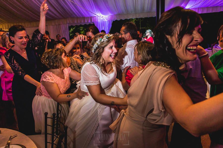 Boda en Puerto de Béjar de Ani y Hécter realizada por el fotógrafo de bodas en el Rincón de Castilla Johnny García, Salamanca; momento conga.