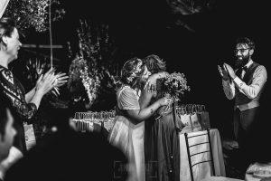 Boda en Puerto de Béjar de Ani y Hécter realizada por el fotógrafo de bodas en el Rincón de Castilla Johnny García, Salamanca; Ani le da el ramo de novia a su madre.