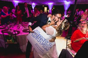 Boda en Puerto de Béjar de Ani y Hécter realizada por el fotógrafo de bodas en el Rincón de Castilla Johnny García, Salamanca; otro beso de los novios lleno de amor.