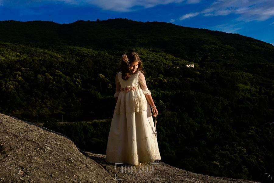 Comunión en Béjar de María, realizada por Johnny García, fotógrafo de comuniones en Béjar. María en la muralla de Béjar.
