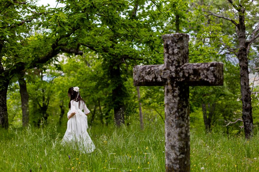 Comunión en Béjar de Natalia, realizada por Johnny García, fotógrafo de comuniones en Béjar. Natalia pasea ante una cruz de piedra.