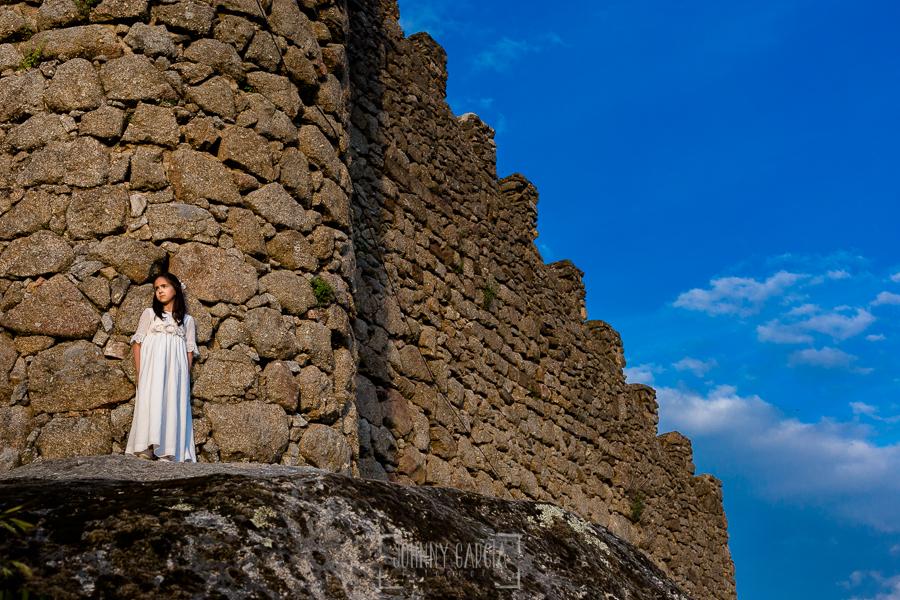 Comunión en Béjar de Natalia, realizada por Johnny García, fotógrafo de comuniones en Béjar. Natalia en la muralla de Béjar