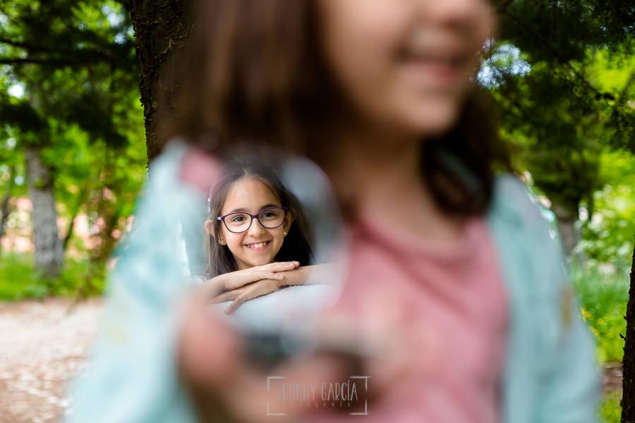 Comunión en Béjar de Natalia, realizada por Johnny García, fotógrafo de comuniones en Béjar. Natalia reflejada en un espejo junto a su hermana.
