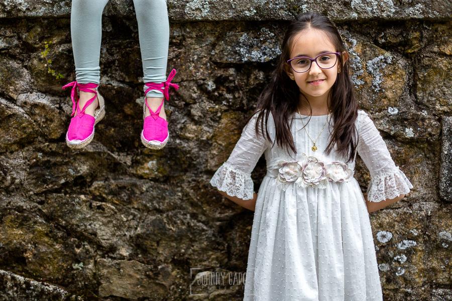 Comunión en Béjar de Natalia, realizada por Johnny García, fotógrafo de comuniones en Béjar. Natalia junto a los pies de su hermana.