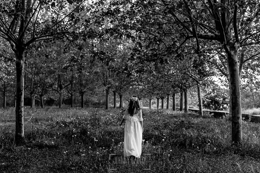 Comunión en Béjar de Natalia, realizada por Johnny García, fotógrafo de comuniones en Béjar. Natalia pasea por el parque de la Fuente del Lobo de Béjar.